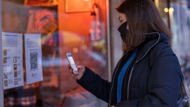 تشكل الهواتف الذكية أحد الجوانب المهمة للجهود الرامية لتتبع حالات الإصابة بـ (كوفيد - 19) وتعقبها
