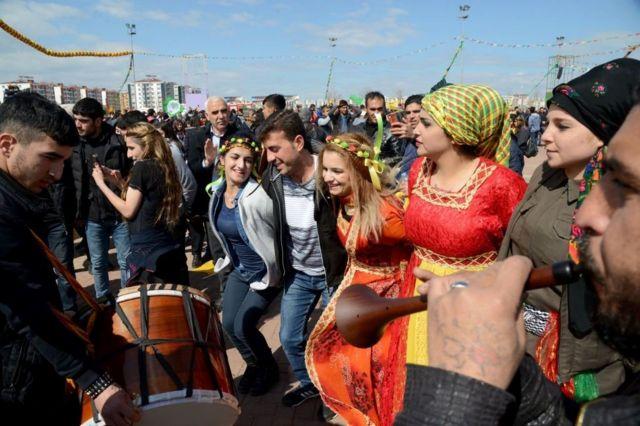 احتفال الأكراد في يوم نوروز في ديار بكر بتركيا. 2017