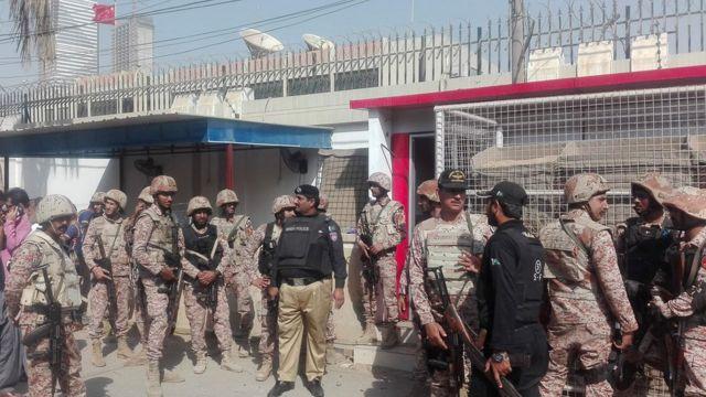 巴基斯坦武装警察抵达中国驻卡拉奇领事馆处理袭击事件(11/23/2018)