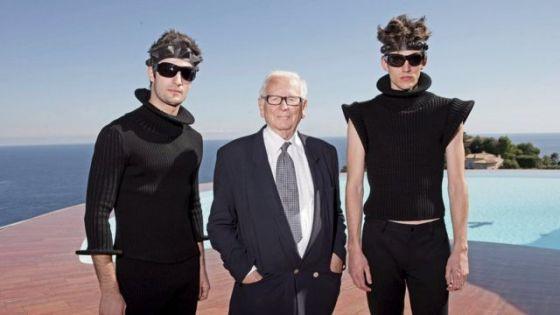 프랑스에있는 그의 빌라에서 2009 년 컬렉션 모델과 함께한 카르 뎅