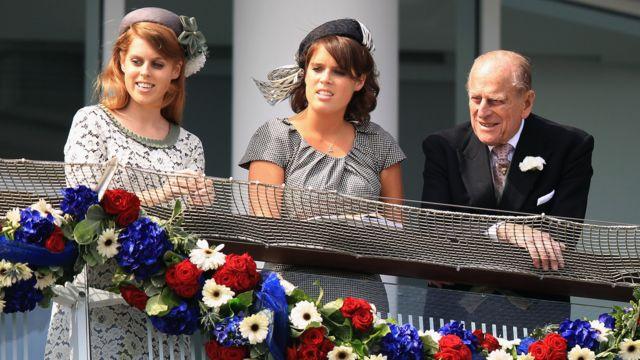 نشر قصر باكينغهام صورة للدوق الراحل مع حفيدتيه الأميرتين بياتريس ويوجيني في مهرجان الداربي لسباق الخيل في عام 2012