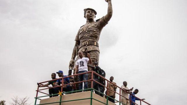 La statut de Sankara, érigée à Ouagadougou, devant le siège du Conseil de l'entente où il a été assassiné le 15 octobre
