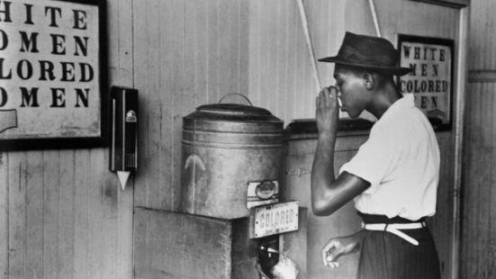 La historia detrás de la impactante foto que hace medio siglo se convirtió en símbolo de la segregación racial en Estados Unidos - BBC News Mundo