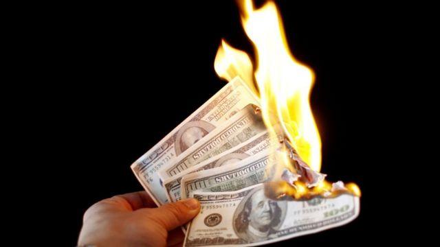Notas de dólar queimando