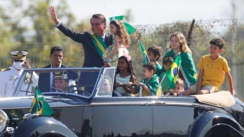 Jair Bolsonaro with children in a car during a demonstration in Brasília