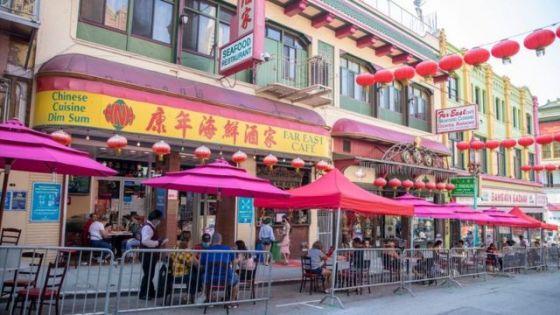 人们在旧金山唐人街的一家餐馆外吃饭