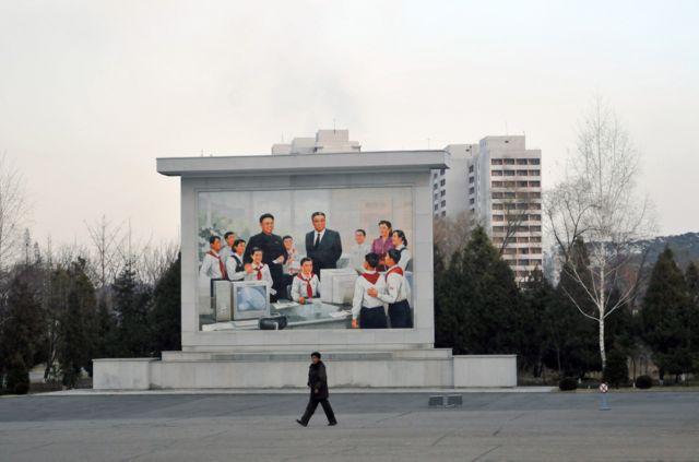 IT 수업을 참관 중인 김일성 주석과 김정일 국방위원장을 그린 벽화