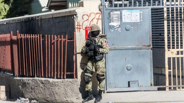 Un policía en el perímetro de la prisión.