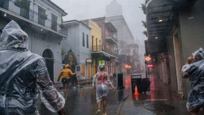 Pipo dey waka for di French Quarter on Sunday for New Orleans
