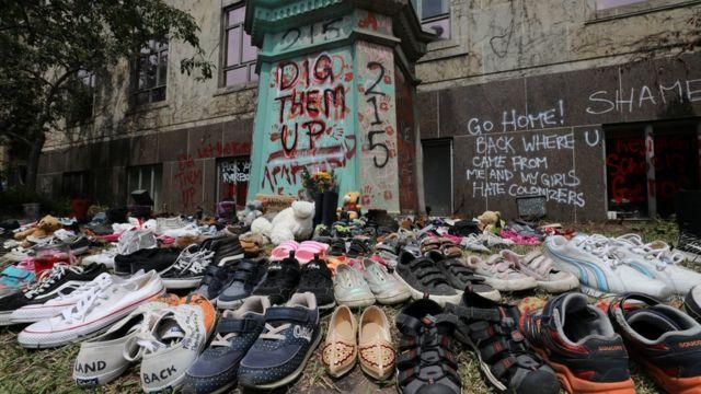 Algunos canadienses han colocado zapatos de niños en recuerdo de las víctimas de estos internados.