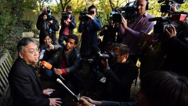 在获得诺贝尔文学奖之后,石黑一夫在他的花园里举行了一次临时新闻发布会。