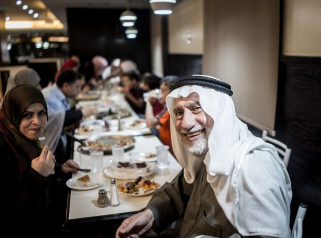 عائلة أردنية مسلمة مجتمعة حول مائدة إفطار رمضانية