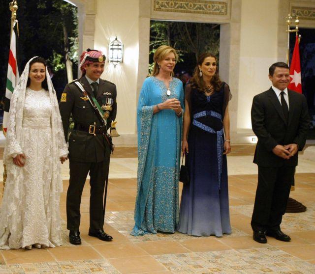 राजा अब्दुल्लाह र उनकी श्रीमती रानी रैना (दायाँतर्फ) राजकुमार हम्जाह र राजकुमारी नूरको विवाहमा सहभागी हुँदाको तस्बिर। जसमा बिचमा हम्जाहकी आमा रानी नूर छिन्