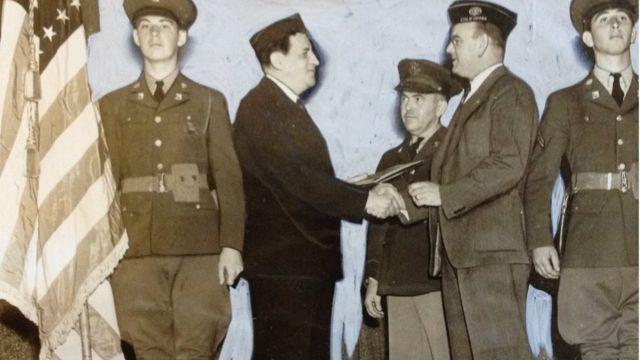 Leon Lewis recibiendo un reconocimiento de la Legión Americana (Foto: cortesía Steven Ross)