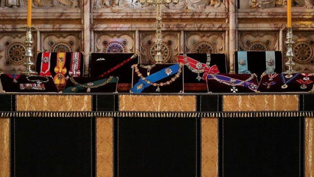 公爵的徽章展示在圣乔治教堂的祭坛上。