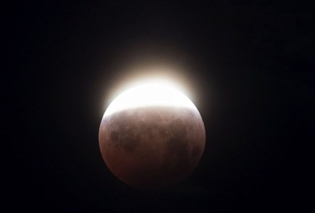 O eclipse da superlua visto em Los Angeles, nos EUA