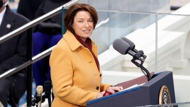 La senadora Amy Klobuchar, fue la encargada de empezar la ceremonia.
