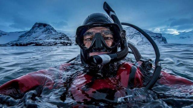 남극에서 사진을 찍고 있는 아모스 나첨