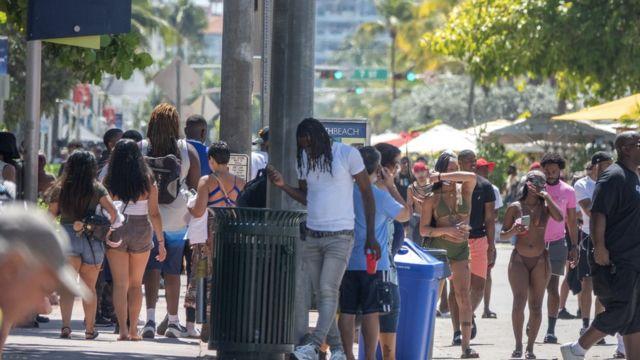 Una calle de Miami Beach llena de personas