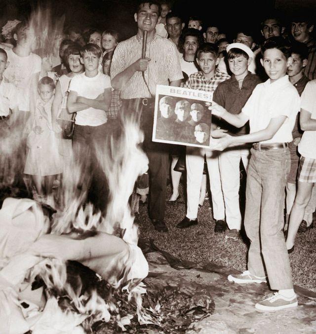 """Возмущенные веруюющие сжигают пластинки """"Битлз"""" после публикации неосторожного высказывания Леннона о Христе"""