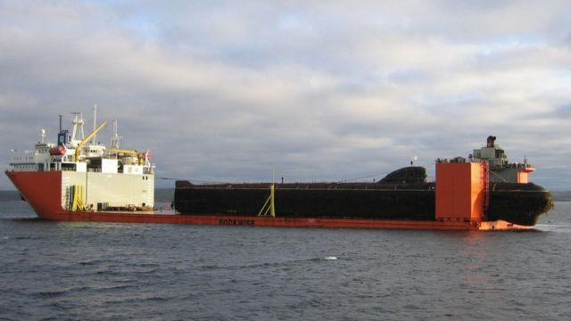Barco levanta submarino.