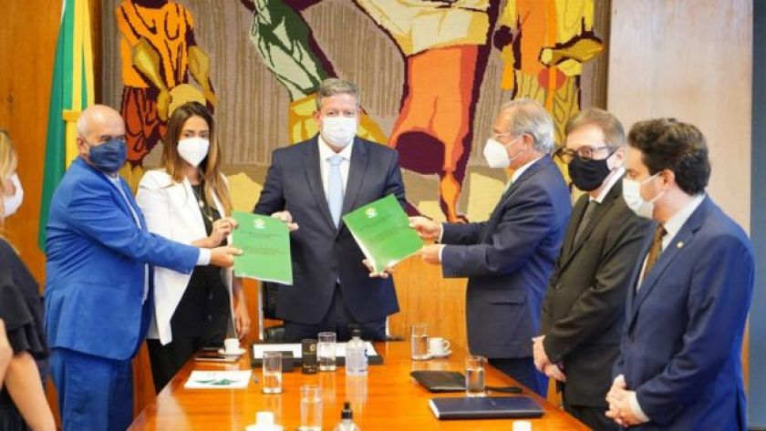 Paulo Guedes delivers the reform proposal to the president of the Chamber, Arthur Lira