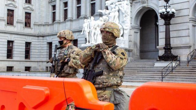 أفراد من الحرس الوطني يحرسون مبنى البرلمان في بينسيلفانيا.