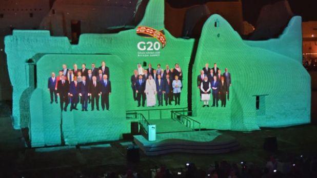 صورة جماعية افتراضية للمشاركين في قمة مجموعة العشرين، عرضت على جدران حي الطريف في الدرعية