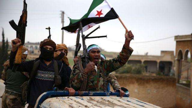 Rebeldes sirios apoyados por Turquía.