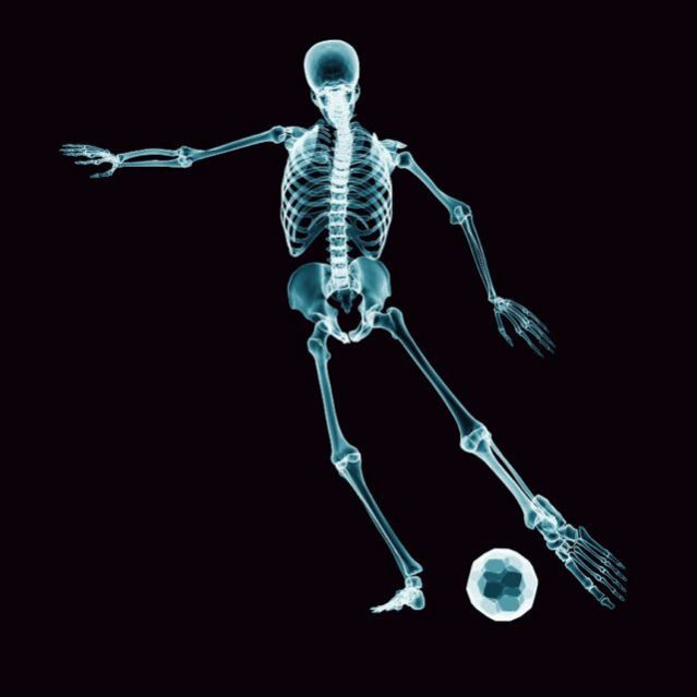 Desenho de um esqueleto jogando futebol