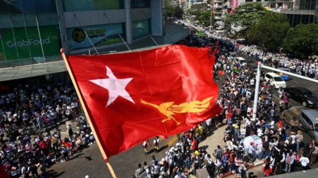 الآلاف يحتجون على الانقلاب العسكري.