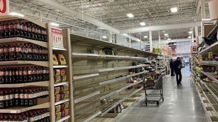 Supermercado com prateleiras vazias em Houston, no Texas, em meio à onda de frio