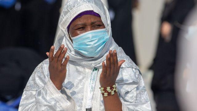 Un pèlerin musulman prie à la Grande Mosquée de La Mecque pendant le Hadj (31 juillet 2020)