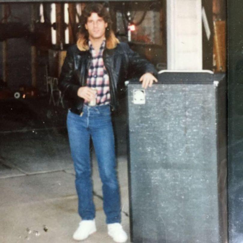 Paul na juventude, com cabelo longo e visual metaleiro
