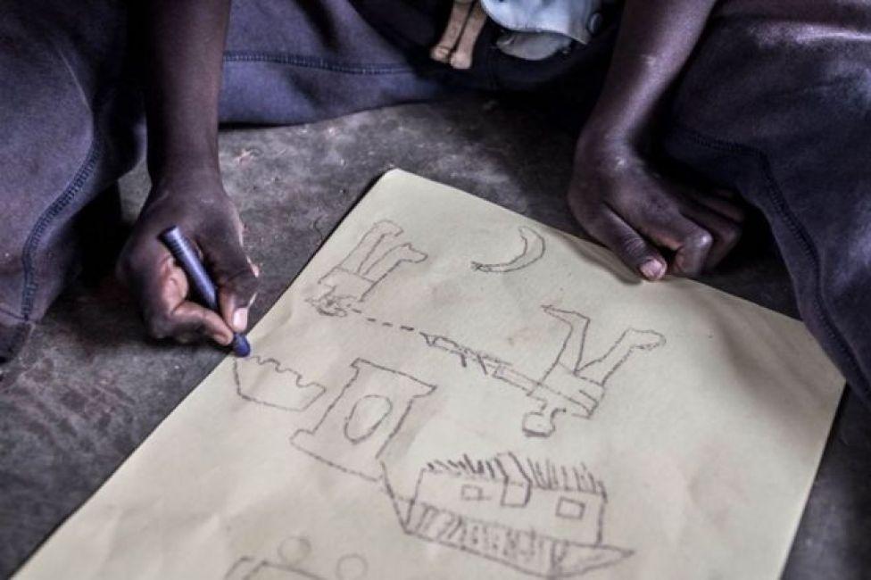 طفل يرسم