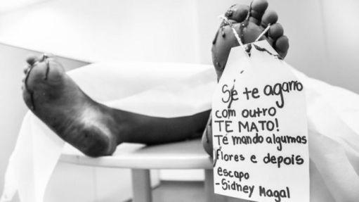 Pés com sangue, segurando letra de Sidney Magal