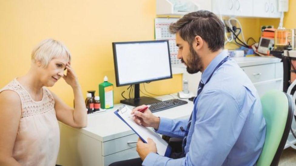 Médico em consulta
