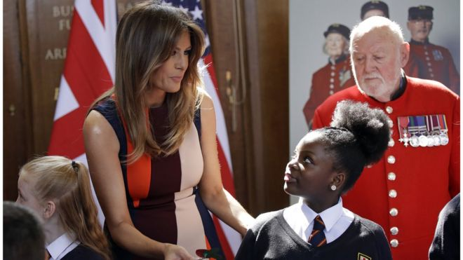 Đệ nhất Phu nhân Melania Trump giúp các em nhỏ làm hoa anh túc cài áo khi bà đi thăm các cựu chiến binh Anh tại Bệnh viện Hoàng gia Chelsea, London, sáng 13/7 trong ngày thứ hai của chuyến công du tới Anh của Tổng thống Trump.