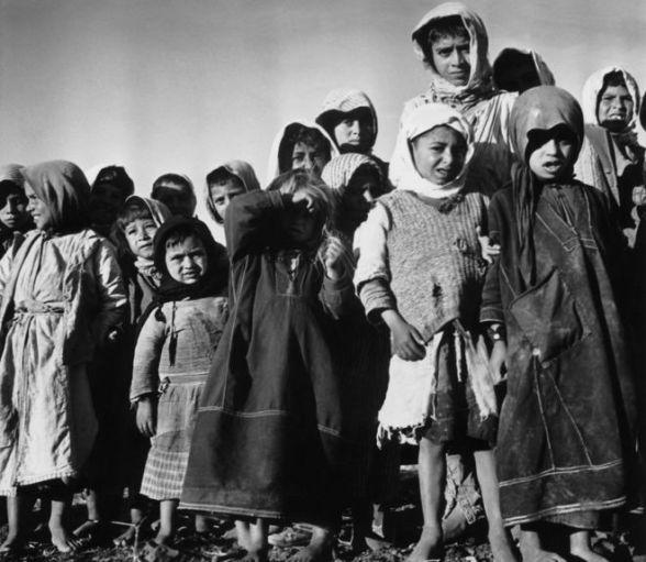 Młode palestyńskie dzieci w Izraelu czekają na projekt ONZ, który zadecyduje o ich przyszłości po utworzeniu Państwa Izrael, 1949