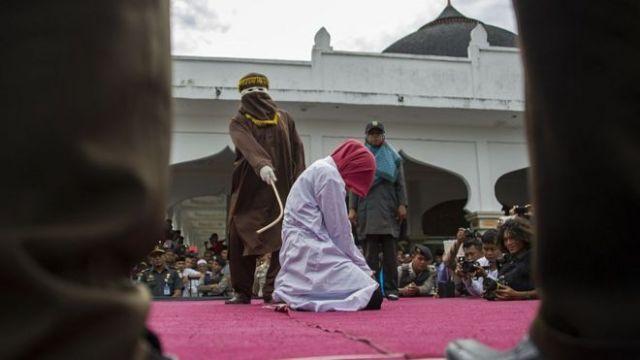 Foto de archivo de una mujer en Indonesia siendo azotada en público.
