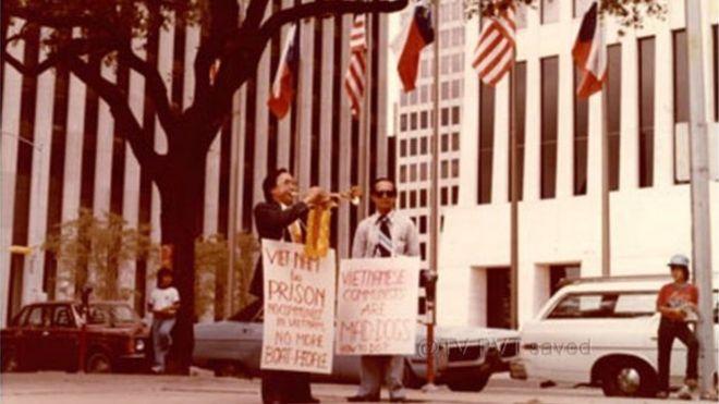 Cố ký giả Đạm Phong (phải) từng là chủ biên của tờ báo 'Tự Do' trong cộng đồng người Mỹ gốc Việt trên ba thập niên về trước.