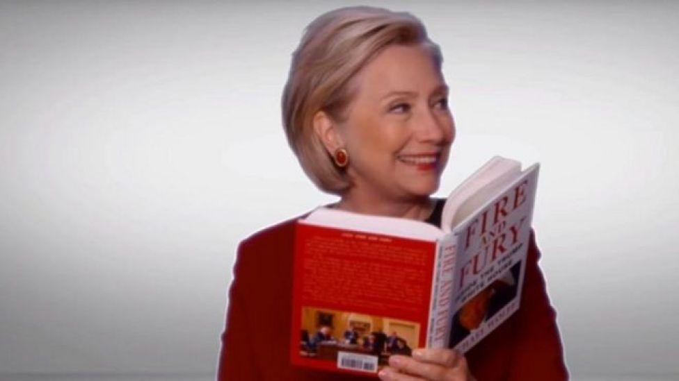 Clinton oo akhrinaysa buugga Trump ee Fire and Furry