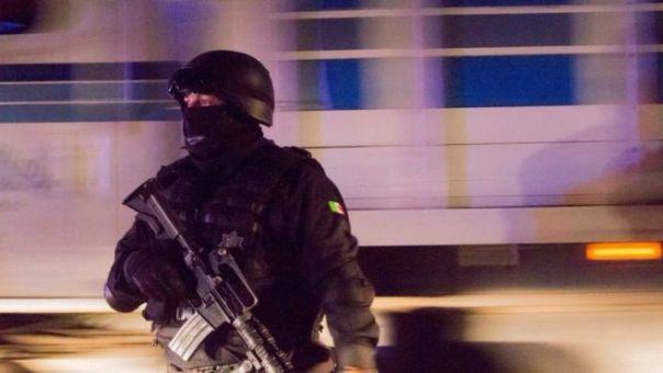 Policías vigilan una carretera en Puerto Vallarta, Jalisco.