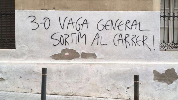 Pintada a favor del paro general en una calle de Barcelona.