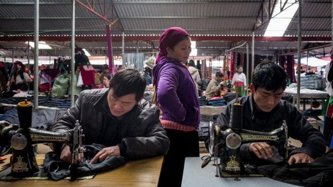 Thợ may ở chợ Đồng Văn, tỉnh Hà Giang