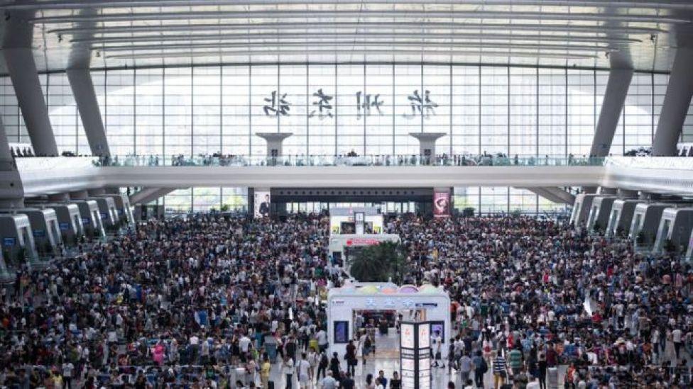 Pasajeros esperan por trenes en la estación de Hangzhou, provincia de Zhejiang.