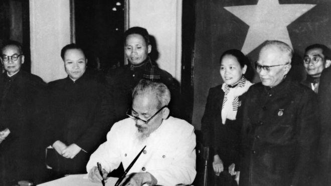 Chủ tịch Hồ Chí Minh ký sắc lệnh công bố Hiến pháp mới của nước Việt Nam Dân chủ Cộng hòa năm 1960