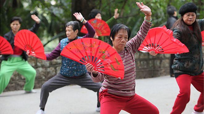 Pratiquants de l'éventail du tai chi chuan