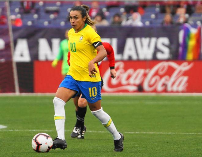 Marta Vieira da Silva disputando un balón