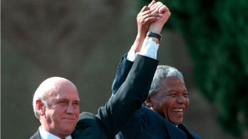 En 1993, Nelson Mandela obtient le prix Nobel de la paix conjointement avec Frederik Willem de Klerk pour la lutte anti-apartheid en Afrique du Sud.